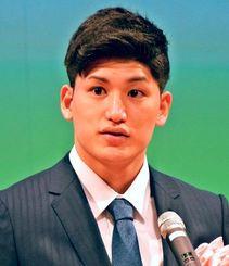 新成人を代表し東京五輪出場の夢を語る津山尚大選手=8日、北谷町・ちゃたんニライセンター