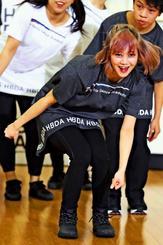 開校式でダンスを披露する小林祐佳さん=11日午後、東京都新宿区