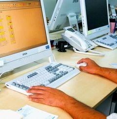 パソコンで事務作業をする男性。過去に精神疾患を患ったが現在はいきいきと働いている=10月、那覇市久茂地の全保連印刷室