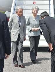 与那国空港に到着した天皇、皇后両陛下=28日午前11時50分、与那国町