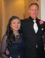 2017年までの会長が決まった金城由美子さんと夫のクレッグ・ホイットさん