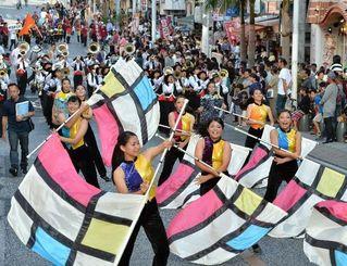 華やかな演舞でパレードする小禄高校=22日午後、那覇市・国際通り