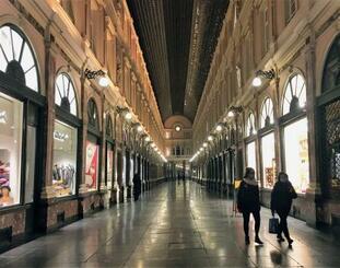 27日、新型コロナウイルス感染拡大防止のための営業規制で、人影がまばらなブリュッセルのアーケード街(共同)