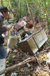 崖下に放置されている不法投棄ごみ=宮古島市城辺保良