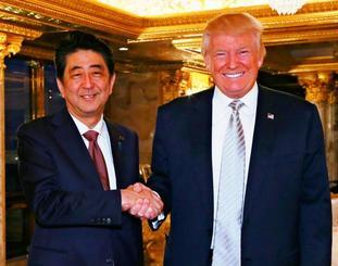 会談前、握手を交わす安倍首相とトランプ次期米大統領=17日、ニューヨークのトランプタワー(内閣広報室提供・共同)