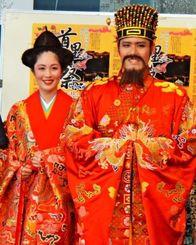 国王に認定された照屋大地さん(右)と王妃の大山万里奈さん=25日、那覇市役所