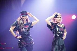 引退前夜に行われた最後のライブに出演した安室奈美恵さん。右は共演者のDOUBLEさん=15日、沖縄県宜野湾市
