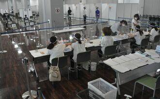 那覇クルーズターミナルの新型コロナウイルスワクチン県広域接種センター=7月