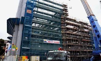 2016年3月末までの完成に向け、工事が進む那覇市の津波避難ビル=5日、那覇市松山
