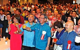 ウチナーンチュ大会のレセプションパーティーで乾杯をする翁長雄志知事(前列中央)とハワイ州のイゲ知事(同左から2人目)=2016年10月26日、那覇市