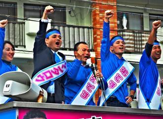 ガンバロー三唱で結束を誓う又吉健太郎氏の陣営=5日、浦添市城間