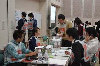 図上訓練に参加した県職員ら=17日、那覇市の沖縄産業支援センター