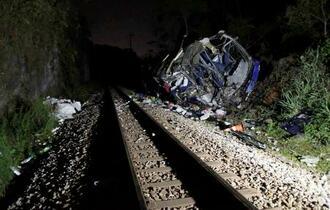 4日、ブラジル・ミナスジェライス州で橋から転落したバス(ロイター=共同)