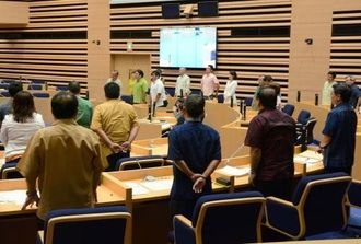 補正予算案を賛成多数で可決した市議会予算決算常任委員会=7日、那覇市議会