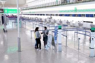新型コロナウイルス感染拡大の影響で、閑散とした国際線出発ロビー=9日午後、那覇空港旅客ターミナルビル(下地広也撮影)