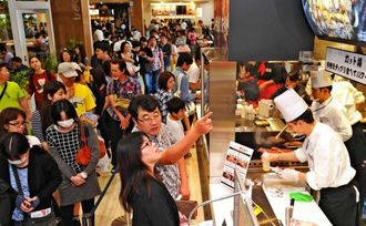 【イオンモール沖縄ライカム写真特集】人気の飲食店では長蛇の列ができた