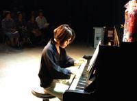 被爆ピアノの、癒やしの音 元ひめゆり学徒らに演奏