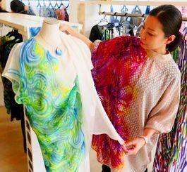 ヨーカンの衣装を紹介する大枝幸子さん=宮古島市平良下里のウェザーパーミッティングオキナワ