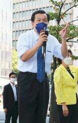 仙台市内で街頭演説する立憲民主党の枝野代表=23日午前