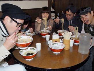 「五福星」の特製ラーメンを頬張る来店客=21日、那覇市久茂地・日本蕎麦かふう