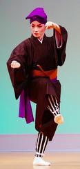 「高平良万歳」を舞う饒波園代さん=11日、那覇市久茂地・タイムスホール(田嶋正雄撮影)