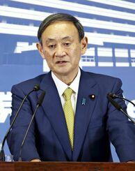 記者会見する自民党の菅新総裁=14日午後6時1分、東京・永田町の党本部