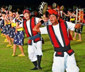 最後に登場し会場を盛り上げた仲間区青年会=13日、浦添運動公園陸上競技場