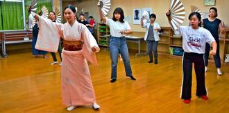 若手舞踊家からかぎやで風を習う=7日、浦添市安波茶