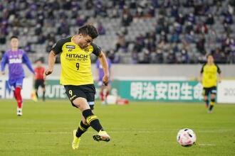 FC東京―柏 後半、チーム2点目のゴールを決める柏・クリスティアーノ=味スタ