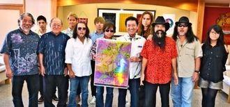 桑江朝千夫市長(前列左から5人目)に、ピースフルラブ・ロックフェスティバルへの意気込みを伝えた出演者ら=3日、沖縄市役所