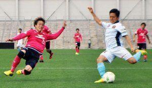 C大阪23-FC琉球 後半、ボールをクリアするMFの平田拳一朗(右)=大阪府キンチョウスタジアム(球団提供)