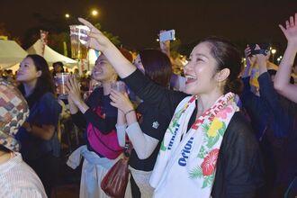 2019年10月に台北市内で開かれたオリオンビアフェスト。オリオンビールが注がれたカップを掲げ、イベントを楽しむ台湾の人たち