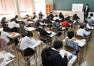 開邦中学の入試試験を受ける子どもたち=13日、南風原町新川・開邦高校