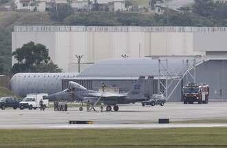 米軍嘉手納基地に緊急着陸後、機体を点検する様子が確認された同基地所属のF15戦闘機=17日午前9時50分ごろ(読者提供)