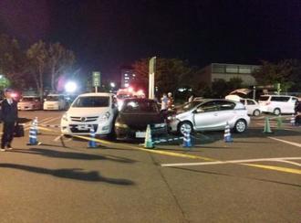 乗用車が暴走したショッピングセンター駐車場(ナンバーにモザイク加工しています)=21日午後8時52分、埼玉県入間市(通行人提供)