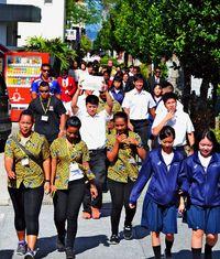「津波だ逃げろ」英語で避難誘導/宜野湾高 海外生徒と訓練