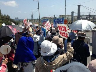 身柄を拘束された目取真俊さんの解放を求めて抗議する市民ら=1日午前、名護市辺野古のキャンプ・シュワブゲート前