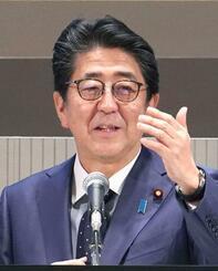 東京都内で講演する安倍首相=13日午後