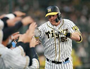 3回、満塁本塁打を放ち迎えられる阪神のサンズ=甲子園