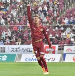 琉球-磐田 前半1分、先制点を決め、右手を突き上げる琉球のMF池田廉=タピック県総ひやごんスタジアム