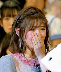 引退を表明した2位の渡辺麻友さん(左)は1位の指原莉乃さんと言葉を交わし涙ぐむ=17日午後、豊見城市立中央公民館
