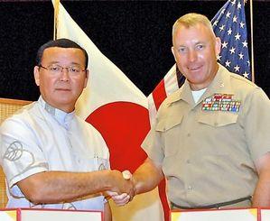 協定を結んだショーン・マックブライド米国海兵隊大佐(右)と仲間一町長