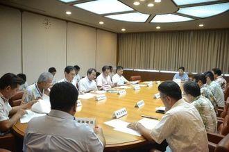 今後の台風の進路に応じた対策を確認する各部局の代表者ら=9日、県庁