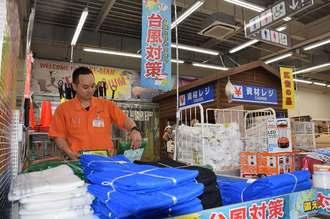 台風8号の接近に伴い、対策グッズを陳列する店員=7日、メイクマン浦添本店