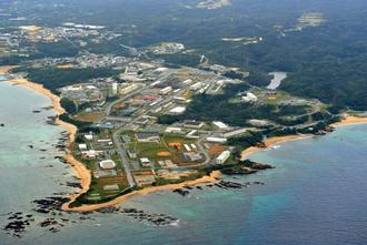 米軍普天間飛行場の移設先として新基地の建設が予定されている米軍キャンプ・シュワブ=名護市辺野古(本社チャーターヘリから)