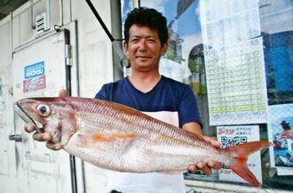 万座毛の磯で74センチ、3・21キロのタイクチャーマチを釣った石川祐介さん=18日
