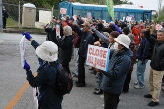 新基地建設に抗議の声を上げる市民ら=4日午前9時15分ごろ、名護市辺野古の米軍キャンプ・シュワブ第2ゲート前