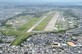 普天間飛行場の回りには住宅や学校などが建つ2011年6月16日