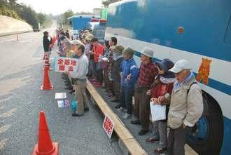 ゲート前で座り込みを続ける市民ら=27日、名護市辺野古・米軍キャンプ・シュワブ前