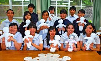 病気の子供たちに贈るためキワニスドールを制作する首里東高の生徒=21日、那覇市・首里東高校